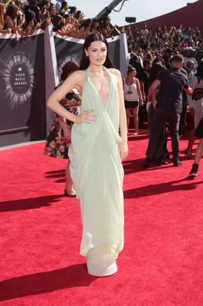 Jessie J, dans une robe étonnamment sobre.