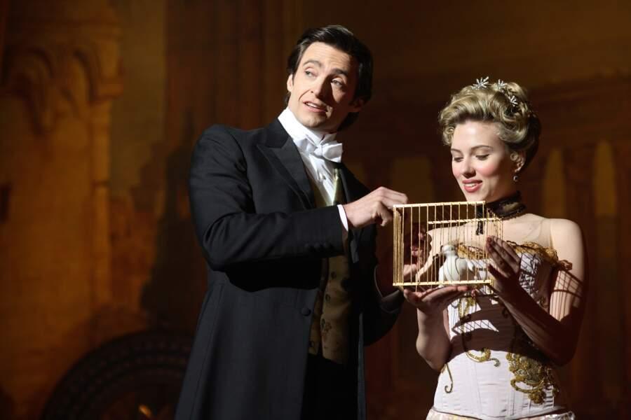 Joues roses et bouclettes blondes pour incarner l'assistante d'un magicien (Hugh Jackman) dont elle tombe amoureuse