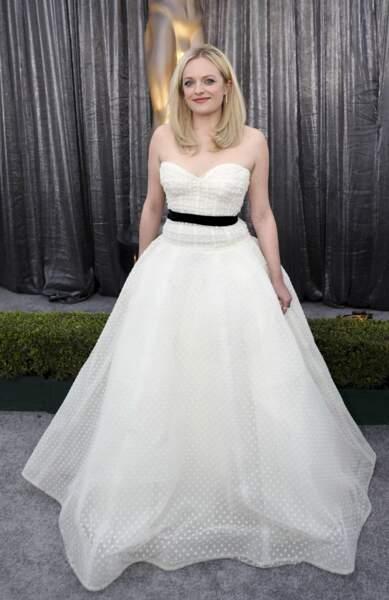 Elisabeth Moss, la star de The Handmaid's Tale a troqué sa cape rouge pour une sublime robe blanche
