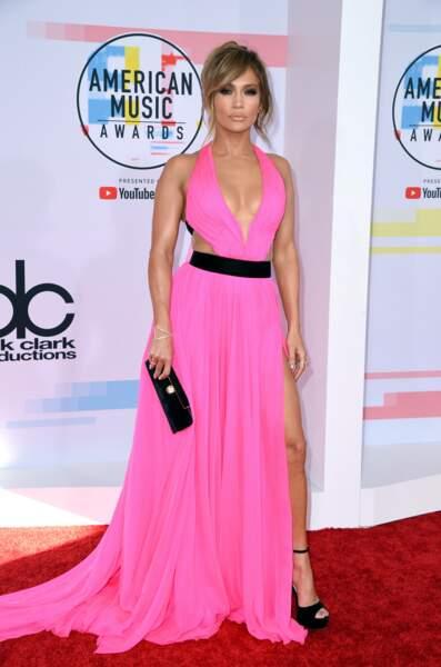 J-Lo toujours aussi sexy en robe rose ( et à 49 ans ! )