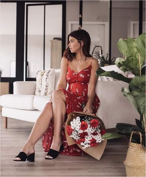 Enjoy Phoenix assortit ses bouquets à sa robe. Quel talent !