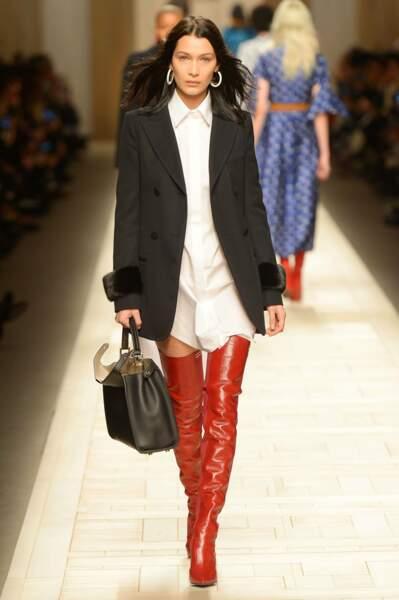 Elle a aussi défilé en cuissardes rouges