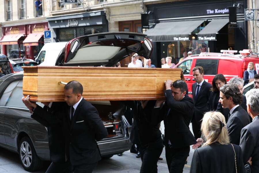 Le cercueil de Pierre Bellemare est arrivé à 10h30 à l'église Saint-Roch à Paris