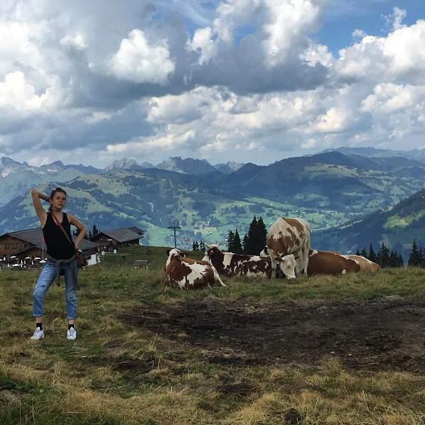 La Suisse, les vaches, sa vie à la montagne… Ça l'inspire !
