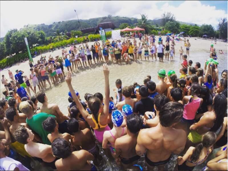 Pour la plus grande joie des enfants. Une leçon de natation avec un champion, c'est la classe !
