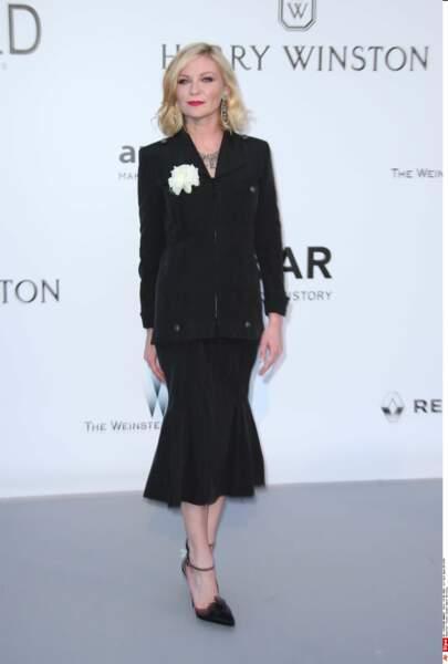 Kirsten Dunst va à un enterrement... Ah non pardon elle est bien au gala de l'AmfAR