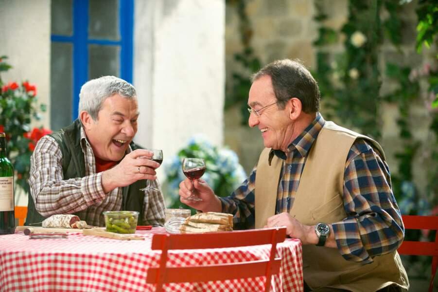 Pendant ce temps-là, Martin Lamotte et Jean-Pierre Pernaut dégustent les bons produits du terroir français.