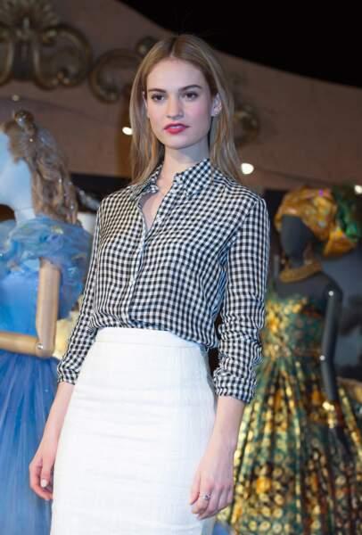 Loin du style de sa robe dans le film Cendrillon, Lily James porte une jupe crayon assortie à son chemisier
