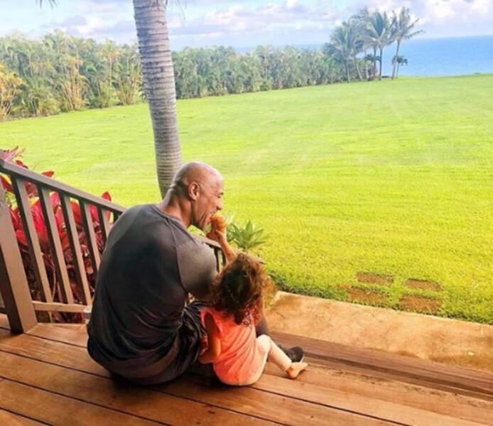 Jasmine a partagé un croissant avec son papa, Dwayne Johnson.