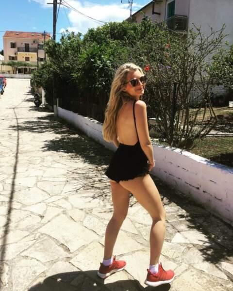 Pleine vue sur le popotin de Lottie Moss en Grèce.