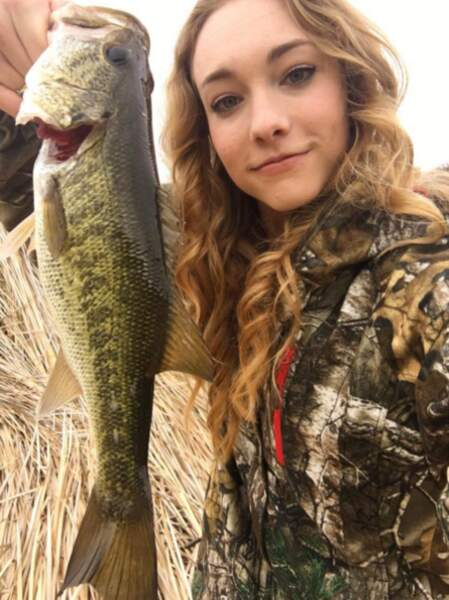 Elle est devenue une jolie jeune fille ! Elle n'a pas tourné depuis Nip/Tuck mais elle aime visiblement la pêche !
