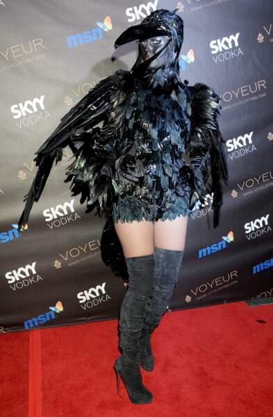 Côté monstres, Heidi Klum sort un costume de corbeau sexy (?) et on est perturbés.