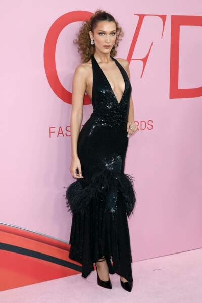 Bella Hadid présente sa version de la petite robe noire : chic et décolletée
