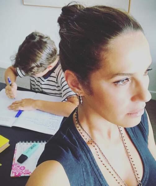 Elisa Tovati joue à la maîtresse.