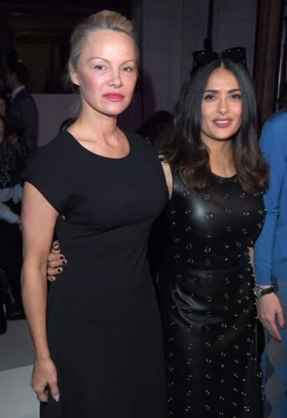 On a du mal à la reconnaitre : Pamela Anderson, au bras de Salma Hayek.