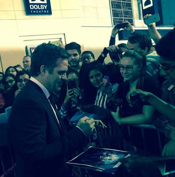 La promo, c'est aussi des moments privilégiés avec les fans. Et quand Mark Ruffalo signe des autographes...