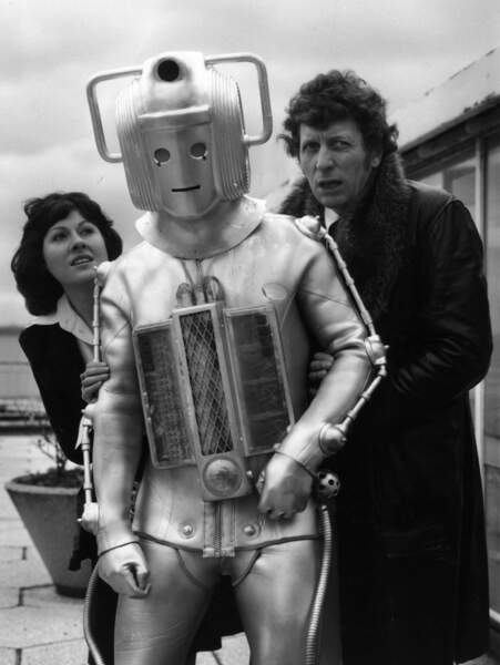 Le 4ème Doctor Who : Tom Baker (1974-1981) avec son assistante Elisabeth Sladen (Sarah Jane Smith) et un Cyberman