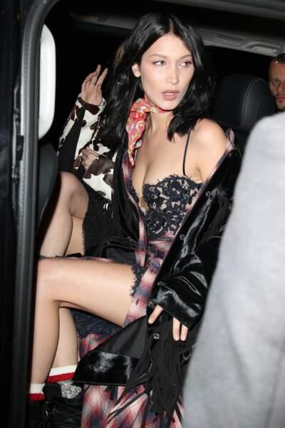 Même en sortant d'une voiture, la mannequin est superbe