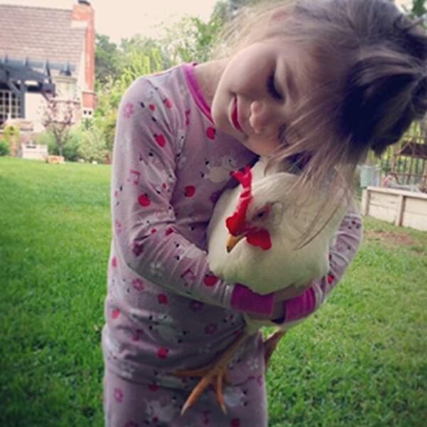 Quand Harper fait un câlin à... une poule. C'est bizarre. Mais mignon. Mais bizarre.