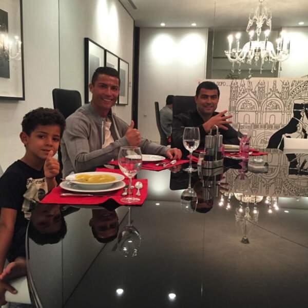 Cristiano Ronaldo Jr au côté de son papounet.