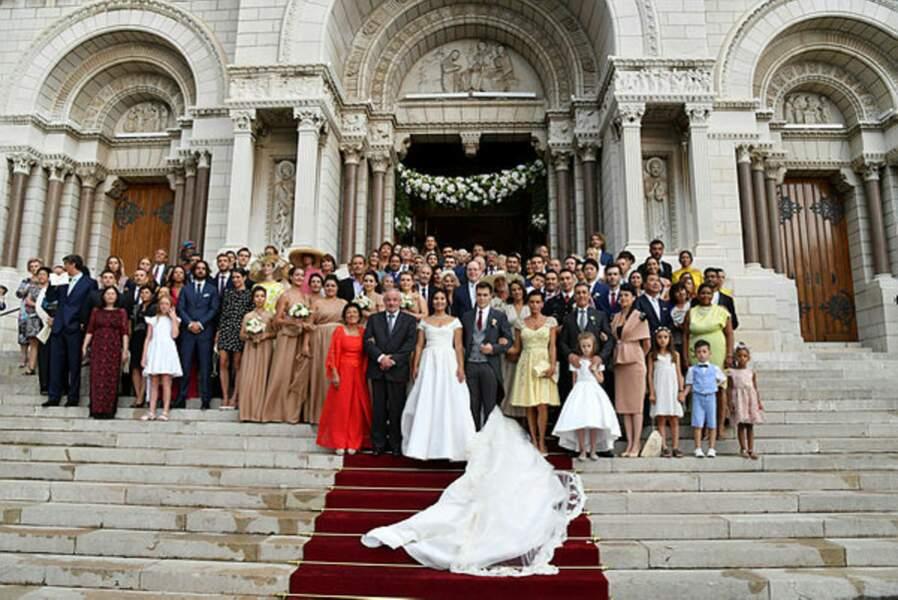 Autre tradition : la photo des mariés et de leurs invités. Place à la fête et bientôt à la lune de miel