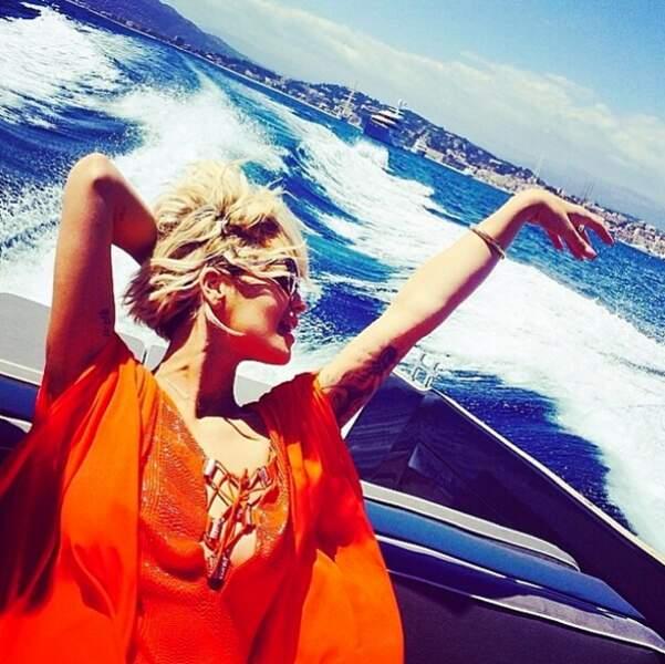 La chanteuse Rita Ora, s'offre un petit tour de bateau