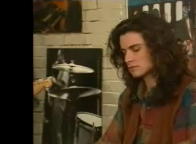 Les petits gilets sans manches étaient aussi un must have dans les années 90. José (Philippe Vasseur) était fan...