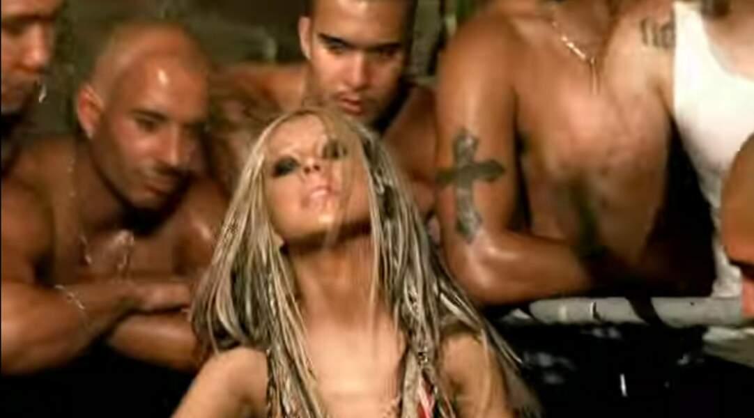 La chanteuse s'affirme dans l'univers très sexué de Dirrty. Et va encore plus loin que sa rivale Britney.