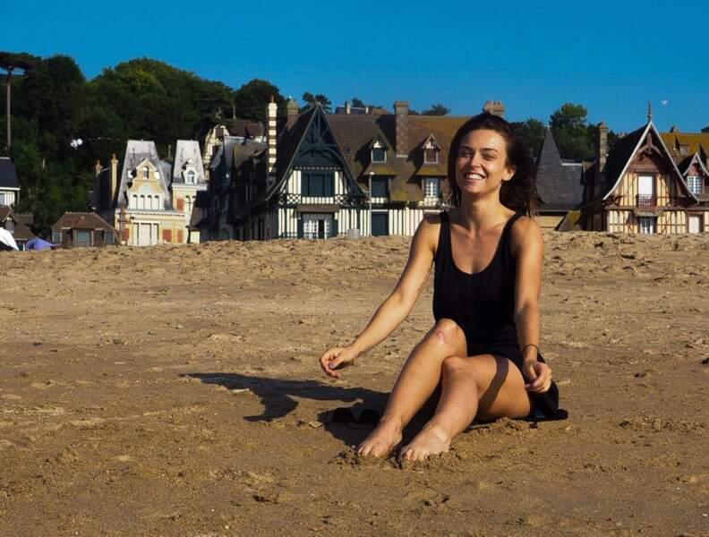 A la plage, elle a le sourire