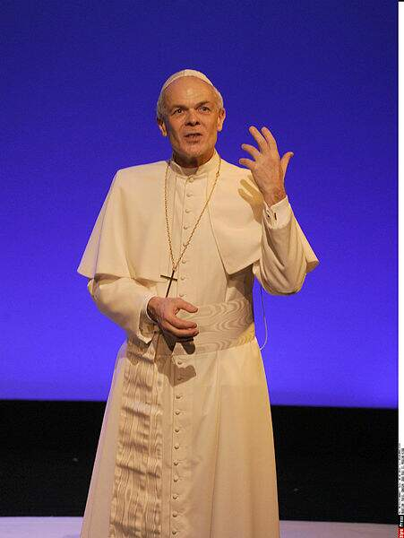Le comédien Bernard Lanneau, qui incarne ici Jean-Paul II sur scène en 2016.