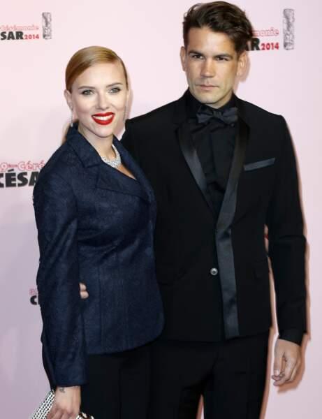 Scarlett Johansson, au bras de son chéri Romain Dauriac, a illuminé le tapis rouge de son sourire.