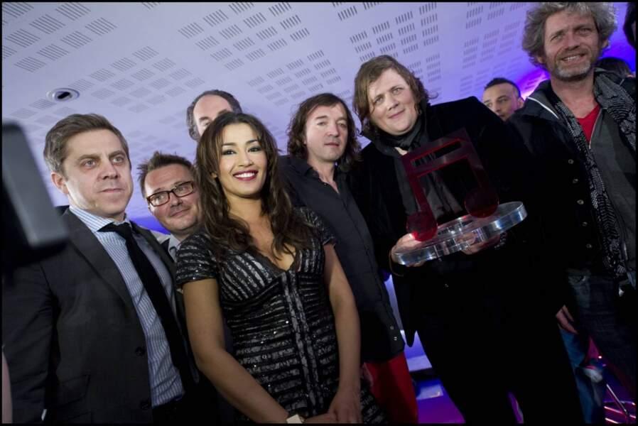Frédéric de Vincelles, président de W9, Karima Charni, animatrice de la soirée accompagnent Rover et Cali.