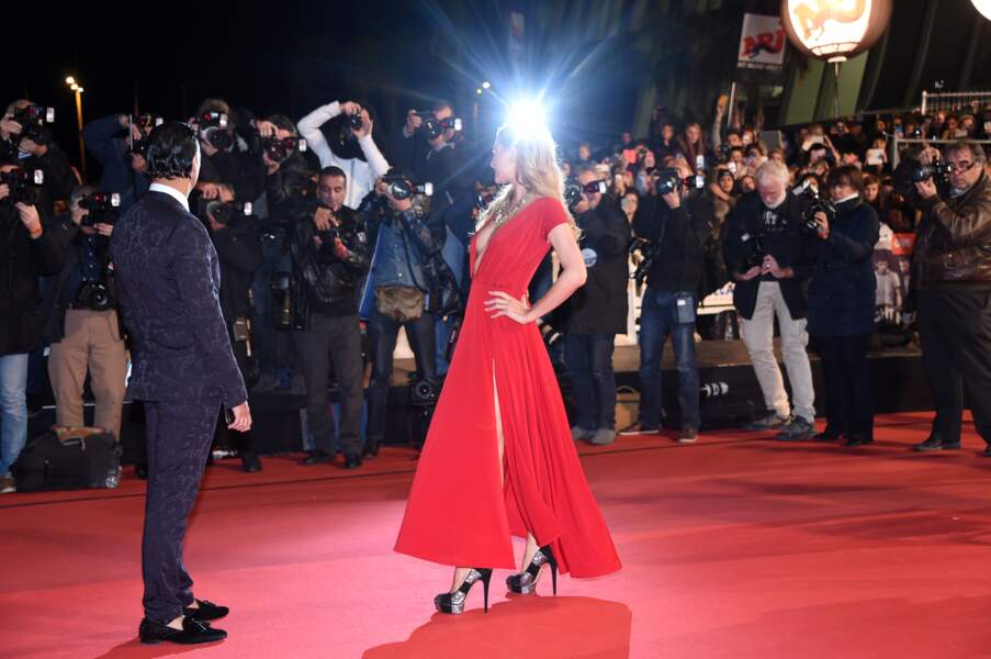 Paris Hilton fait sa plus belle pose devant les photographes sur le tapis rouge des NRJ Music Awards