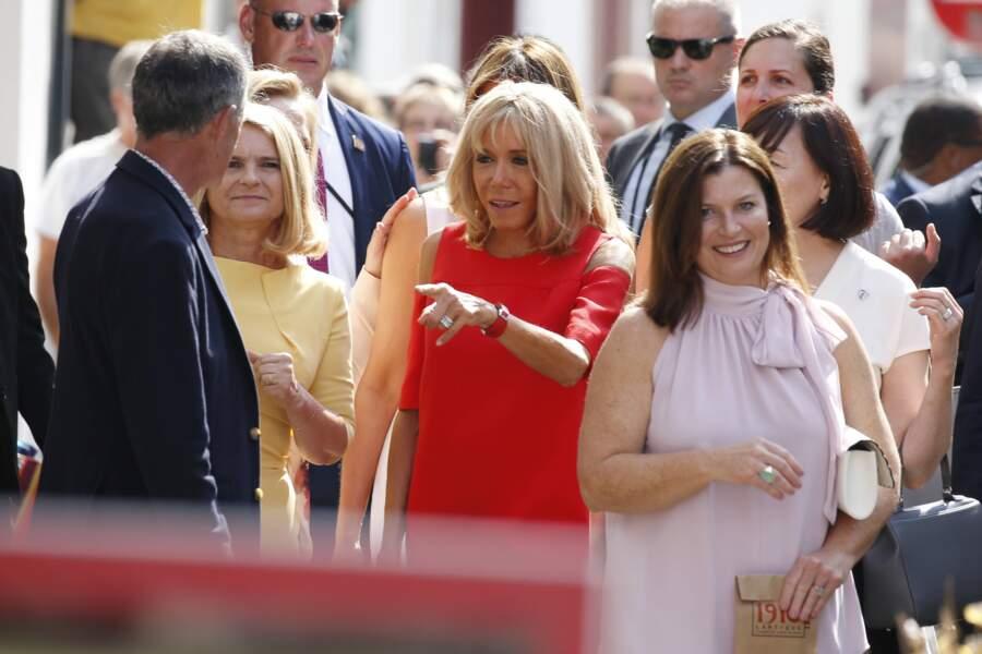 Brigitte Macron et ses invitées déambulant dans les rues d'Espelette