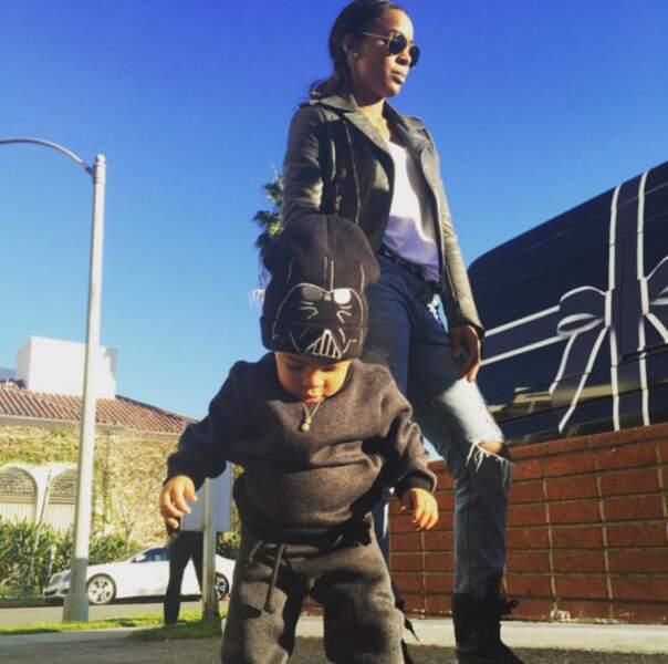 Genre le fils de Kelly Rowland avec son bonnet Dark Vador.