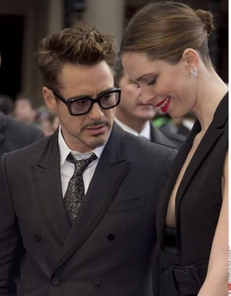 Robert Downey Jr est très attiré par le décolleté de sa partenaire Rebecca Hall. Et vous ?