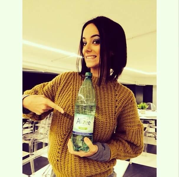 Parce qu'elle ne fait pas les choses à moitié, Alizée boit de l'eau à son nom !