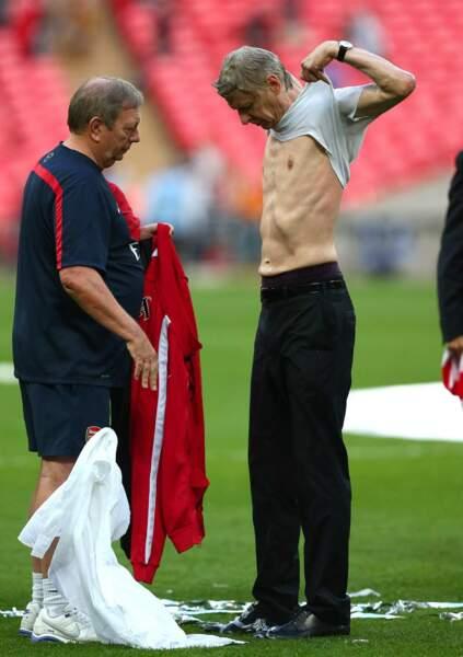 Pour fêter la victoire d'Arsenal, Arsène Wenger a opté pour le topless !
