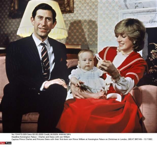 1982, le prince Charles et la princesse Diana sont fiers de leur premier fils nouveau né, William