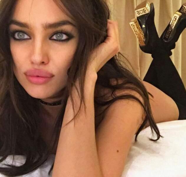"""Mais la sublime Irina Shayk n'est pas mal dans le genre """"yeux de biche""""."""