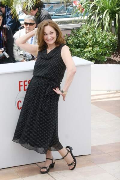 Beth Grant, qui joue dans Un chateau en Italie, prend une pose... étrange !