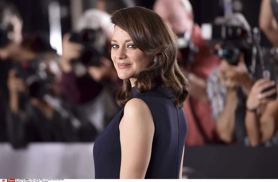 L'actrice est rayonnante dans sa robe bleu nuit