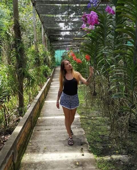 Promenade aussi dans ce joli jardin rempli d'orchidées. Magnifique !