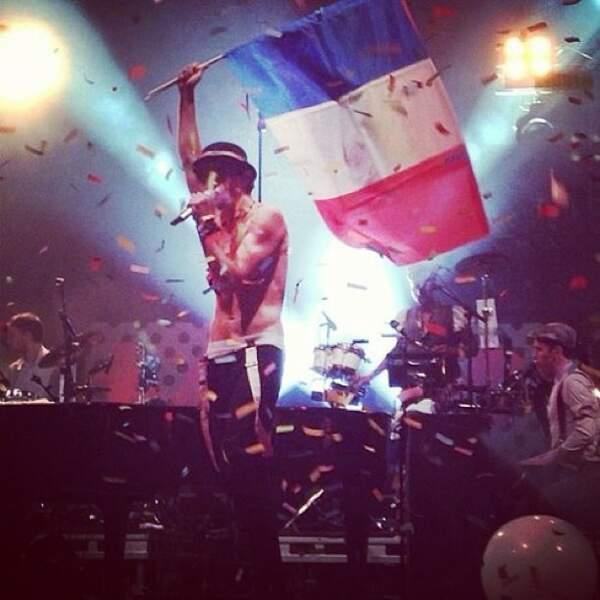 Et puis notre photo préférée, quand il brandit le drapeau de la France <3