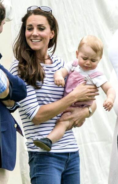 Qu'est-ce que c'est que cette bouille contrariée ? Il n'est pas content d'être dans les bras de maman Kate ?