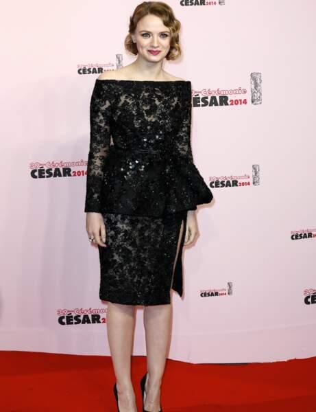 L'actrice Sarah Forestier dans une superbe robe basque à dentelle.