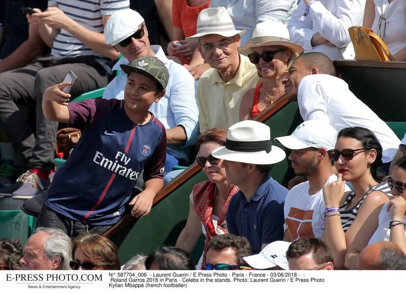 Le joueur du PSG Kylian Mbappé prend le temps de faire des selfies avec ses fans
