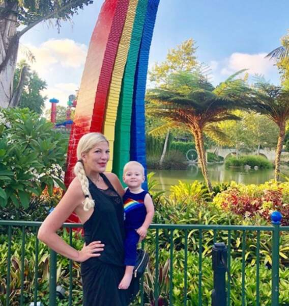 Tori Spelling voit la vie en arc-en-ciel avec son petit Beau (oui, c'est son prénom).