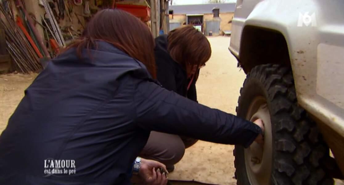 Avant de leur demander de l'aider à réparer sa voiture. Gentleman.