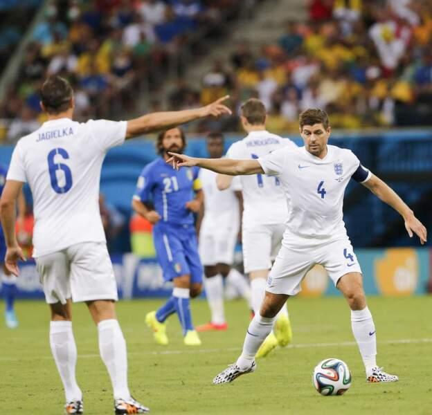 """""""A droite !"""" -""""Non, cette droite là !..."""" : les Anglais Jagieka et Gerrard ont eu du mal à se mettre d'accord..."""